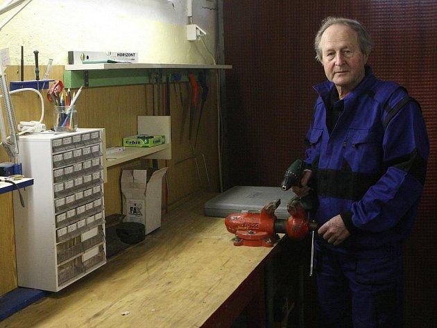 Bernard Chrobok je už sedmým rokem v důchodu a ke své slušné měsíční penzi si ještě přivydělává jako údržbář na základní škole.