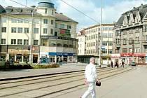 omy na západní části Smetanova náměstí v Ostravě byly postaveny na počátku minulého století podle projektu architekta Wunibalda Deiningera. Vlevo je někdejší kavárna J. Aufrichta a za ní hotel Palace, naproti je bývalá Obchodní a živnostenská banka. Část