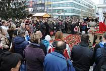 POSLEDNÍ ROZLOUČENÍ s Václavem Havlem. Minutou ticha uctili lidé v centru Ostravy památku prvního prezidenta České republiky v pátek 23. prosince ve dvanáct hodin.