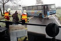 Hasiči v Ostravě pomáhali při vyprošťování uvízlého autobusu