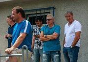 Sportovní ředitel Karviné Lubomír Vlk (vpravo) a poradce ligového Baníku Ostrava Vlastimil Petržela (vedle něj) při přípravném utkání Karviná - Ostrava (1:3) v Dětmarovicích.