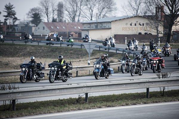 Čekání na příjezd amerického konvoje (Dragoon ride) před Bohumínem.