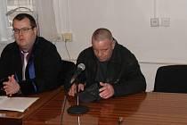 Obžalovaný Marian Juraška (vpravo vedle obhájce) připustil jen drobné násilí.