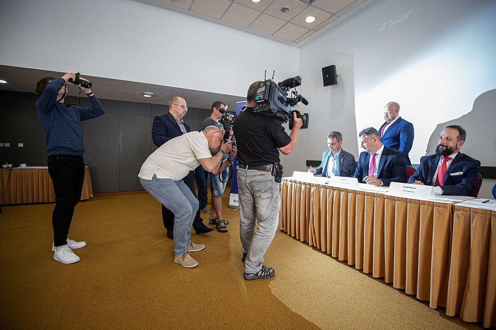 Prodej (podpis smlouvy) EKOVA ELECTRIC a.s. společnosti Škoda Transportation a.s., 7. července 2020 v Ostravě.