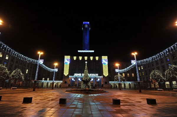 Stovky světel rozzářily Novou radnici a Prokešovo náměstí vOstravě.