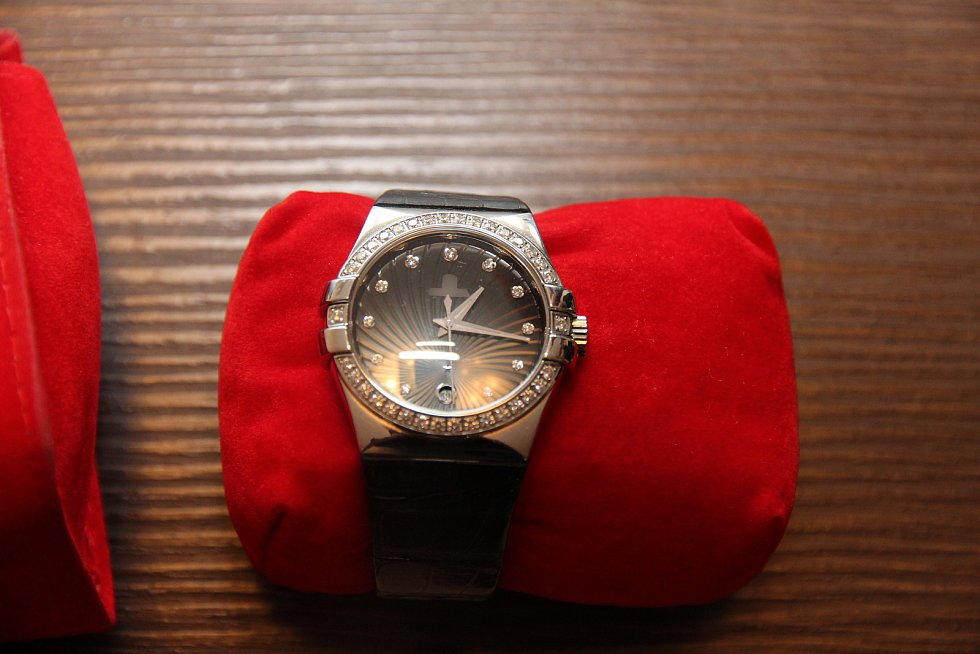 Policisté při domovních prohlídkách zajistili luxusní hodinky, šperky a další věci, včetně peněz.