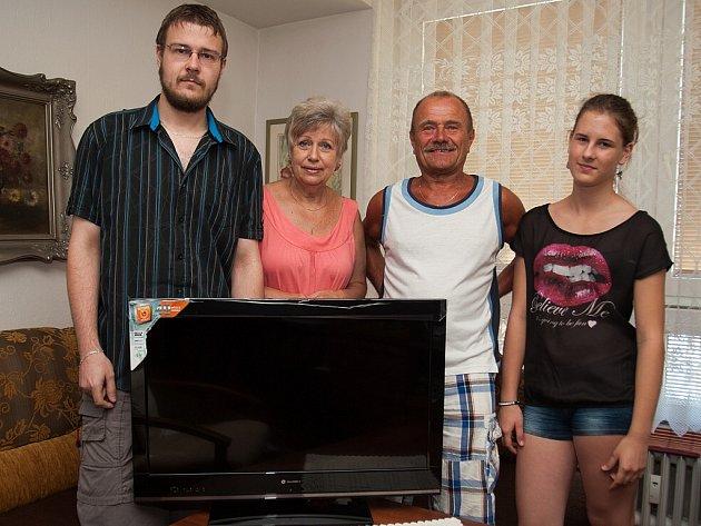 Vítězka oblíbené Tip ligy čtenářů Deníku Jana Kabátová pózuje s manželem, synem a vnučkou u televize, kterou zaslouženě vyhrála. Navíc dostala i kosmetický balíček.