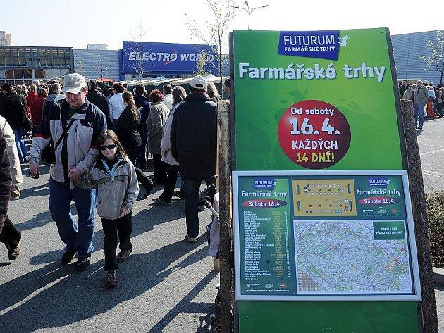 První farmářské trhy na parkovišti u obchodního centra Futurum přilákaly tisíce lidí. Ilustrační foto.
