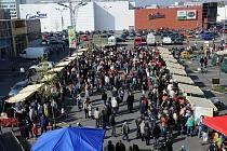 Na parkovišti u obchodního centra Futurum nebylo k hnutí. První farmářské trhy sem přilákaly tisíce lidí.