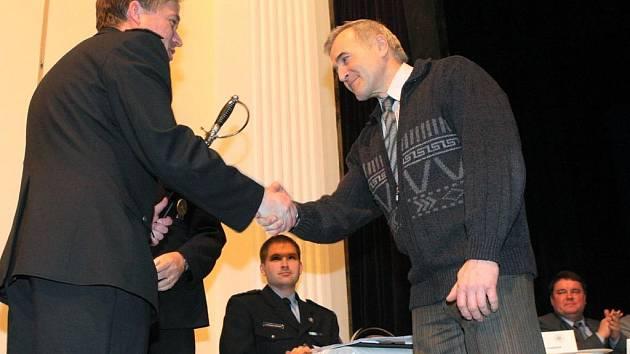 Bývalý ostravský policejní ředitel Rostislav Pavliska (vpravo) převzal z rukou svého nástupce Tomáše Landsfelda osobní dar vpodobě kordu s věnováním