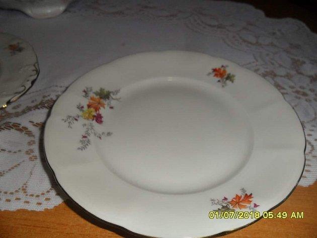 Paní Monika vznesla dotaz, zda někdo nemá stejný dezertní talíř, který jí chybí.