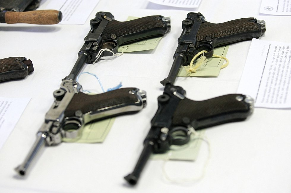 Část odevzdaných zbraní policie prezentovala na páteční tiskové besedě. Nechyběly mezi nimi pistole, samopaly nebo podomácku vyrobené zbraně.