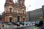 Na náměstí Msgre Šrámka před katedrálou Božského spasitele nezůstala po rekonstrukci parkovacích ploch takřka žádná zeleň.