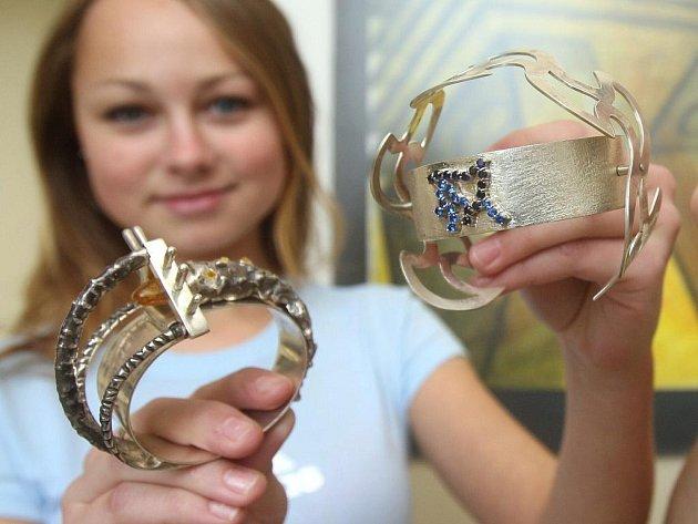 Studenti oboru Výtvarné zpracování kovů a drahých kamenů se zaměřením na zlatnictví a stříbrnictví ve středu vystavovali své práce – šperky a menší objekty.
