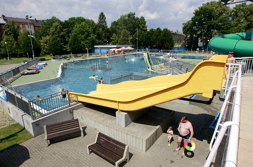 Areál Vodní svět!!! přímo sousedí s největším parkem v centru Ostravy. V letním koupališti se děti určitě nudit nebudou.
