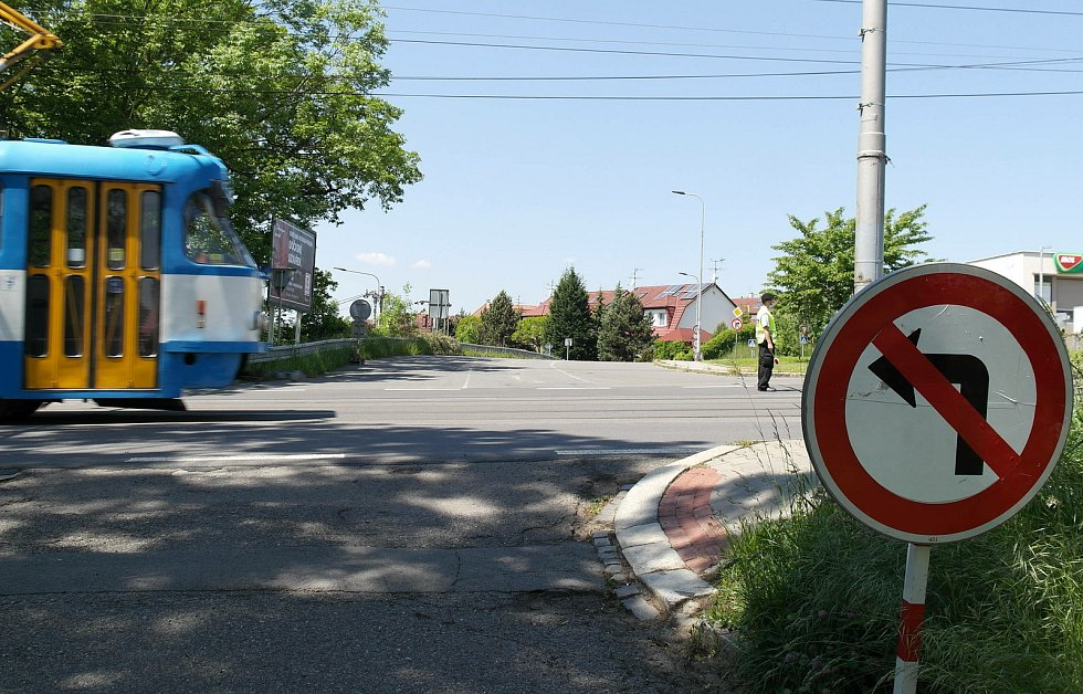 Další dopravní trable způsobené uzavírkou ve staré Porubě usměrňují strážníci.
