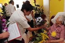 Ve skvělé duševní i fyzické pohodě oslavila ve středu 22. června stodruhé narozeniny Růžena Bartová z Poruby. Žena, která pamatuje Rakousko-Uhersko i obě světové války, je velkou fanynkou fotbalu.
