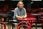 Jaromír Nohavica se v ostravském hudebním klubu Heligonka, který vlastní a přesně rok provozuje, cítí jako doma.