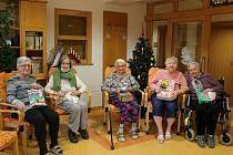 Dárky potěšily seniory v Domově  Slunečnice.
