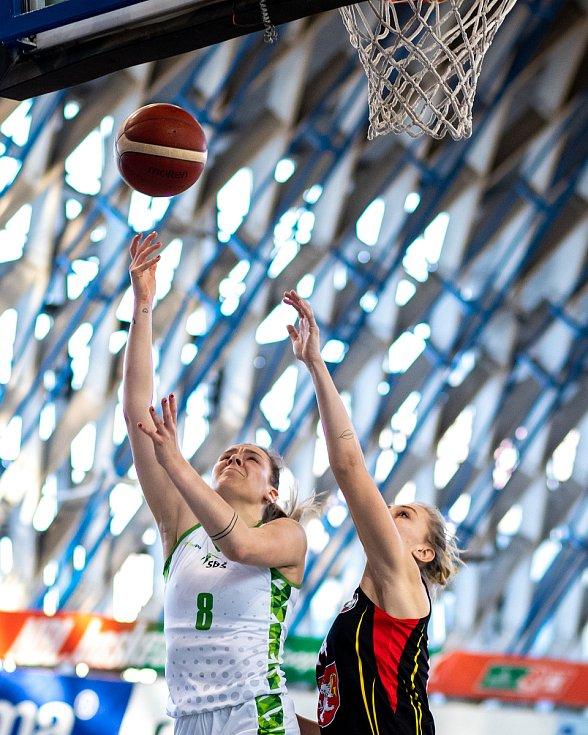 Utkání 12. kola Ženské basketbalové ligy: SBŠ Ostrava - Sokol Hradec Králové, 3. ledna 2021 v Ostravě. Stella Tarkovičová z Ostravy a Klára Vojtíková z Hradce Králové.