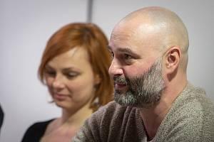 Beseda ve Fiducii Jak(é) dělat sochy v Ostravě?, 28. ledna v Ostravě. Na snímku (zleva) Zuzaba Bajgarová a Petr Dub.
