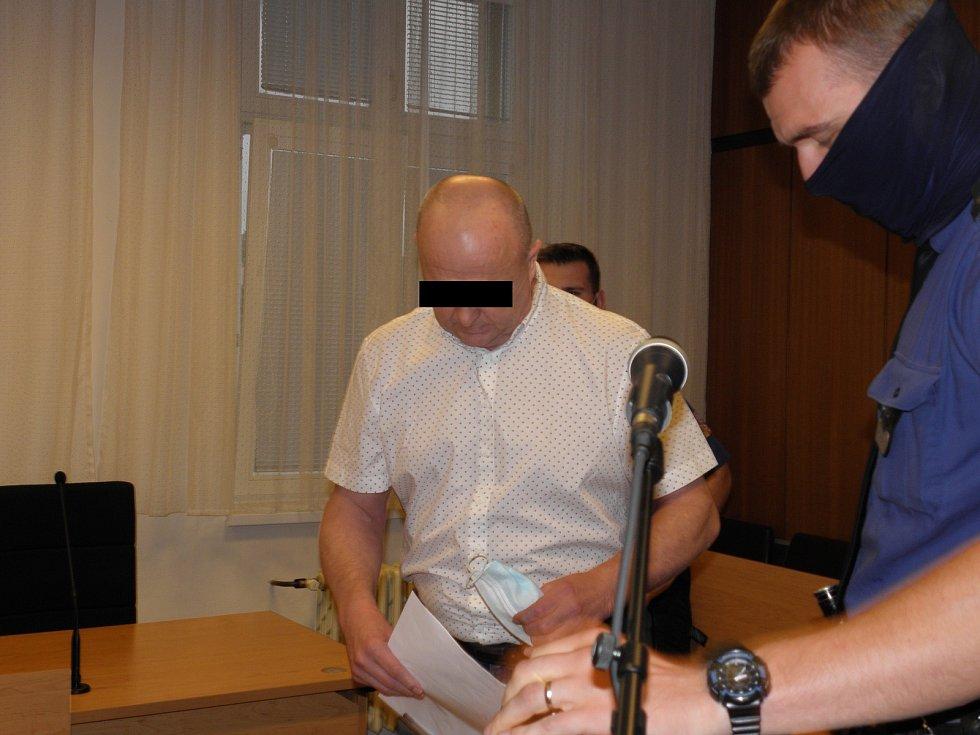 Zbyněk F. (na snímku z jednání u Krajského soudu v Ostravě loni na podzim) byl za přípravu nájemné vraždy odsouzen ke dvanácti rokům žaláře.