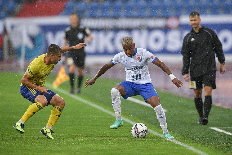 Utkání 2. kola první fotbalové ligy: Baník Ostrava - Fastav Zlín, 1. srpna 2021 v Ostravě. (vpravo) Dyjan Carlos de Azevedo z Ostravy.