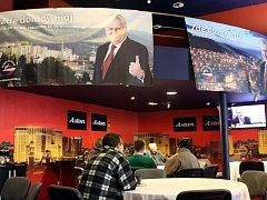 Atmosféra v baru Aston v centru Ostravy, kde sledovali výsledky voleb členové strany SPOZ z Moravskoslezského kraje a další příznivci Miloše Zemana.