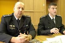 O dopravní situaci na úterní  tiskové besedě informovali zástupce ředitele severomoravské policie Petr Lessy (vlevo) a šéf severomoravských dopravních policistů Jiří Zlý.