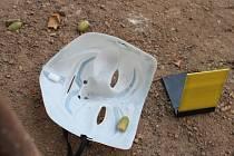 Snímky z místa činu. Lupič použil i masku anonymouse.
