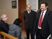 Exposlanec za ČSSD Petr Wolf (na snímku vpravo) na chodbě krajského soudu.
