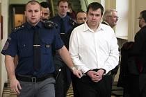 Příchod obžalovaných do soudní síně