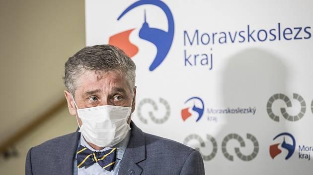 Hejtman Ivo Vondrák v roušce.