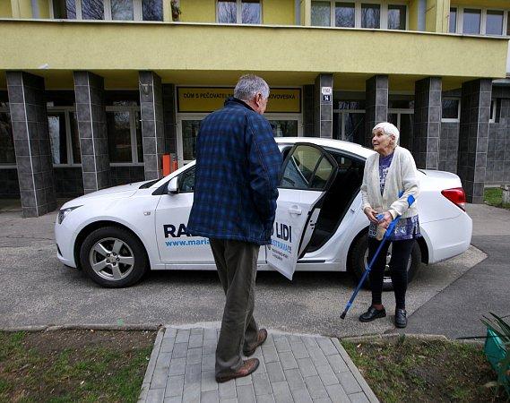 Seniortaxi jezdí už ivOstravě. Lidé starší 65let a také zdravotně postižení se mohou za dvacetikorunu svézt klékaři, na nákupy či třeba za rodinou.