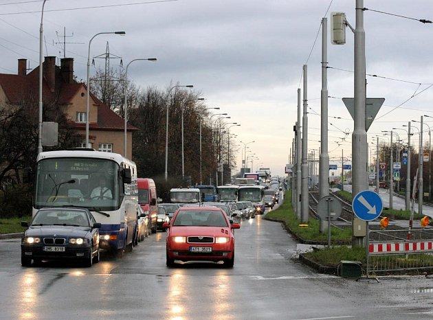 Na Plzeňské ulici v Ostravě řidiči nabírají autobusů mnohaminutové zpoždění