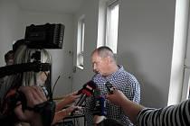 Šimon Kramarčík (48 let) před vstupem do soudní síně.