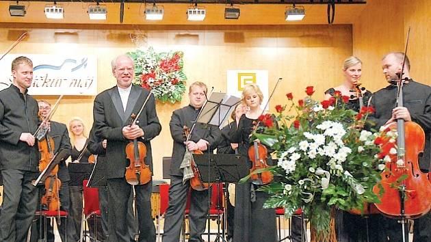 Gidon Kremer (na snímku druhý zleva v popředí) s komorním orchestrem Kremerata Baltica nadchl festivalové obecenstvo.