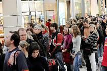 Stovky lidí čekaly před páteční třetí hodnou odpolední na to, až v ostravském Avionu Shopping Park začne předprodej vstupenek na prosincové koncerty Jaromíra Nohavici.