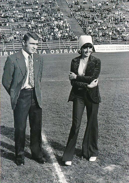 Na Bazalech se zpěvačkou Marií Rottrovou při slavnostním výkopu fotbalového utkání herci novináři.