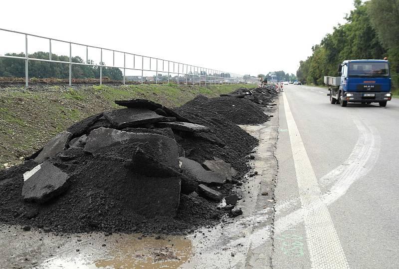 Likvidace už hotového povrchu nové cyklotrasy s nastříkaným dopravním značením vedle Plzeňské ulice mezi Dubinou a Novou a Starou Bělou v Ostravě.