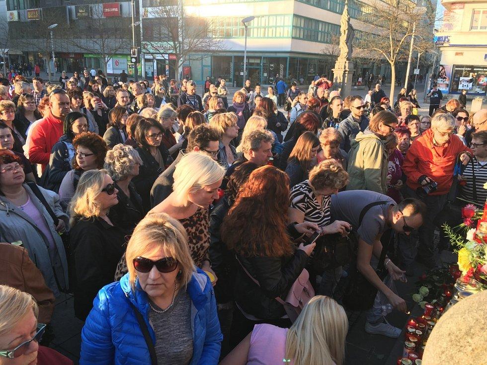 Fanoušci Věry Špinarové se v úterý po šesté hodině sešli v Ostravě na Masarykově náměstí k pietě.