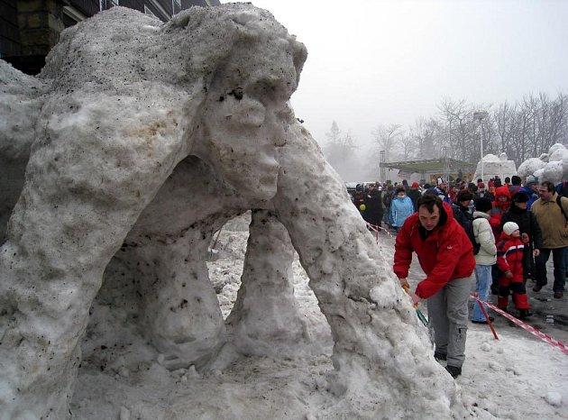 Na Pustevnách vznikaly sochy ze sněhu a ledu. Jejich tvůrcům však letos nepřálo počasí
