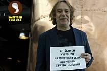 Do kampaně, která má nejenom vytvořit prostor k prezentaci mladých a nadějných umělců, ale zejména podpořit charitativní rozměr akce, se nově zapojují i známé osobnosti. Patří k nim i ostravský písničkář Jaromír Nohavica.