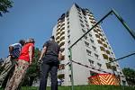 Panelový dům v Bohumíně následující den po požáru bytu, při kterém v sobotu 8. srpna 2020 zahynulo 11 lidí. Zleva hejtman kraje Ivo Vondrák, ministryně financí Alena Schillerová, šéf krajských hasičů Vladimír Vlček.