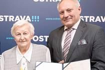 Zdenka Šupíková se stala ostravskou seniorkou roku. Cenu předával náměstek primátora Zbyněk Pražák.