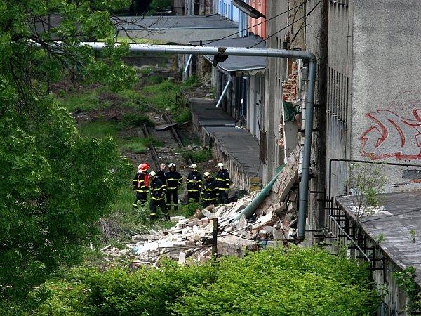 VOstravě se vpondělí zřítila část opuštěného domu vCihelní ulici.