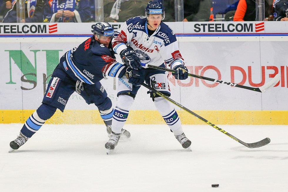 Utkání 3. kola hokejové extraligy: HC Vítkovice Ridera - Bílí Tygři Liberec, 20. září 2019 v Ostravě. Zleva Jan Šír z Liberce a Erik Němec z Vítkovic.