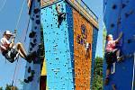 Děti z letního příměstského tábora pořádaného Střediskem volného času v Ostravě si vyzkoušely i lezení na boulderingové stěně v sadu Jožky Jabůrkové v Ostravě-Vítkovicích.