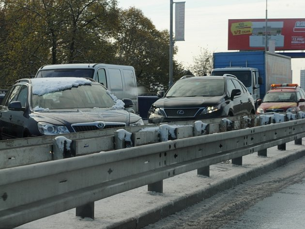 Provoz na Rudné v úterý ochromilo několik dopravních nehod.