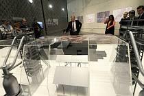 Jan Světlík u obřího modelu ukázal, jaké další možnosti rozvoje nabízí Dolní oblast Vítkovic. Ve dvou dalších vysokých pecích by například rád viděl univerzitní kampus, z bývalé koksovny navrhl architekt Josef Pleskot udělat objekt vědecké knihovny.